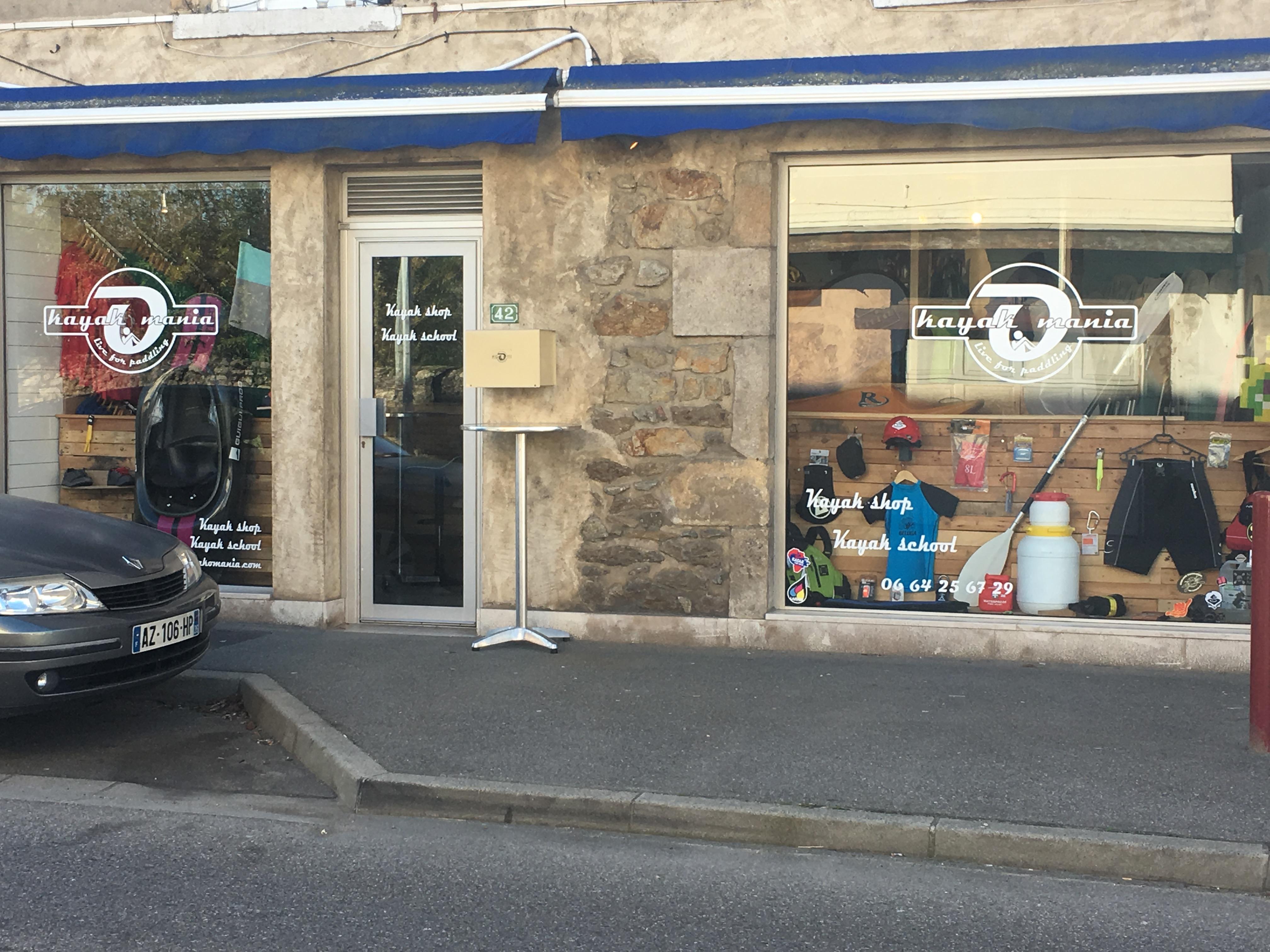 Les deux vitrines du kayak shop kayak mania