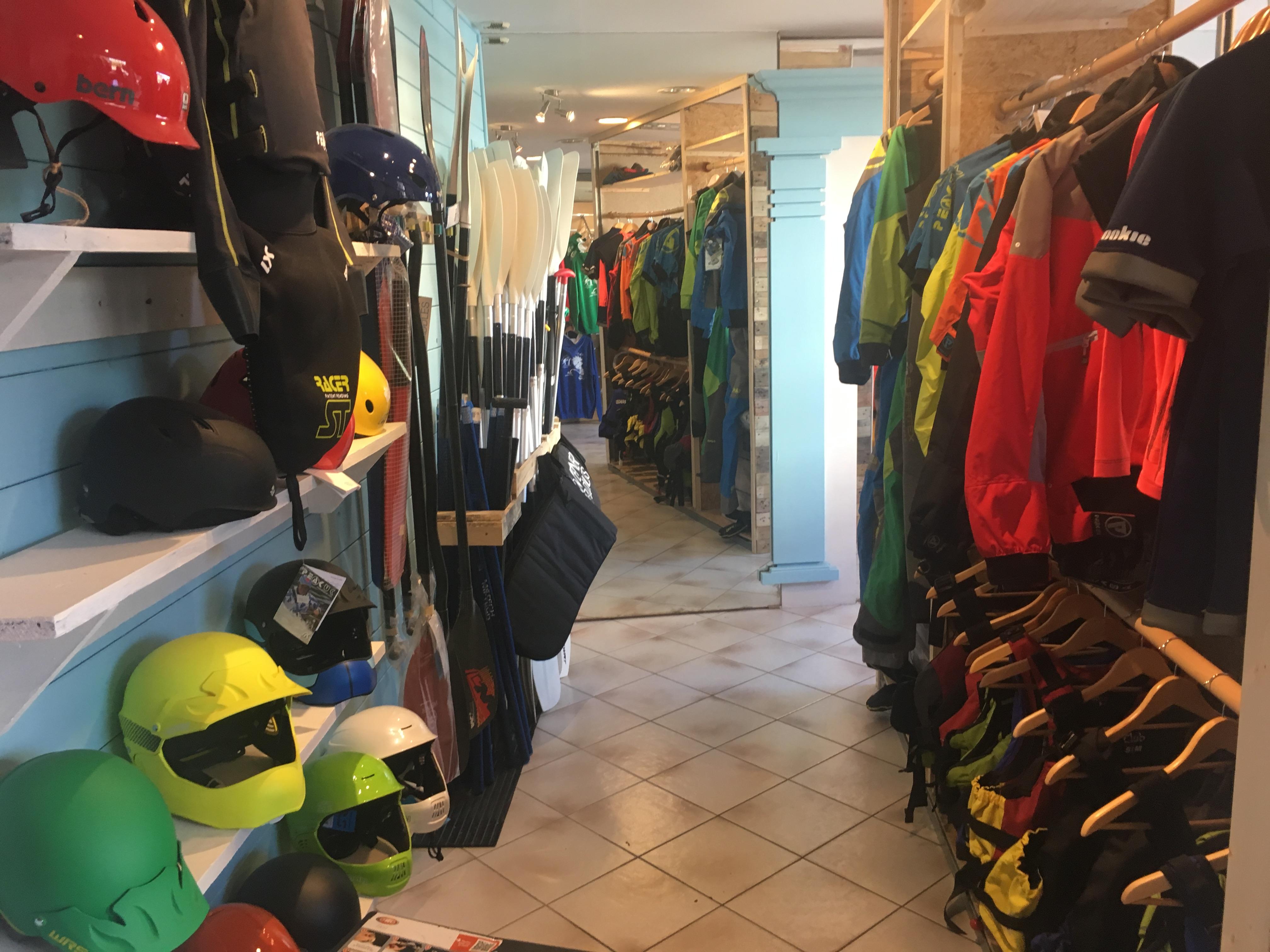 La zone équipement, anorak, kway, gilet, drysuit, casques, pagaies et tout le reste ...